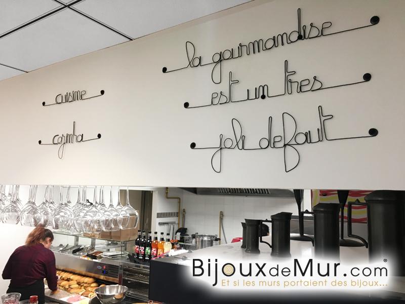 écritures en fil de fer du restaurant Estrela